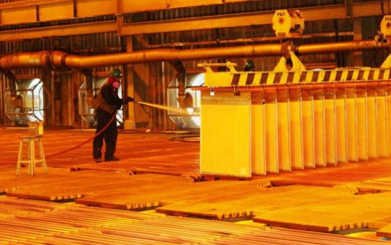 La caída del cobre supera los US$ 1,000 por la tensión comercial