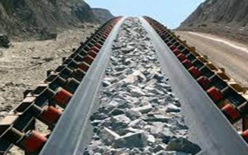 ¿Transporte de minerales, desmonte y relaves por camión o faja transportadora?